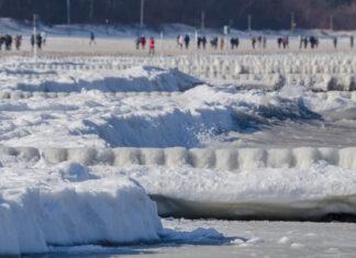 Kołobrzeg – zamarznięta plaża zimą